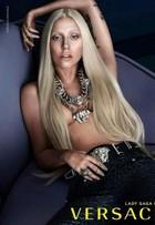 Lady Gaga faz topless em nova campanha da Versace