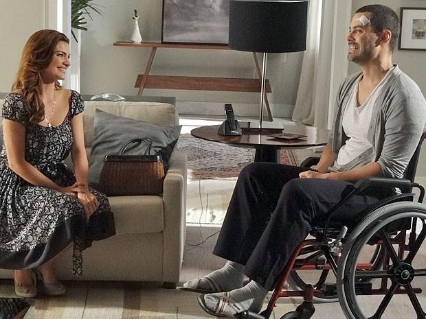 Elisa e Fernando se dão muito bem durante a conversa (Foto: Amor Eterno Amor/TV Globo)