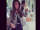 Nicole Bahls faz 'selfie' com look comportado