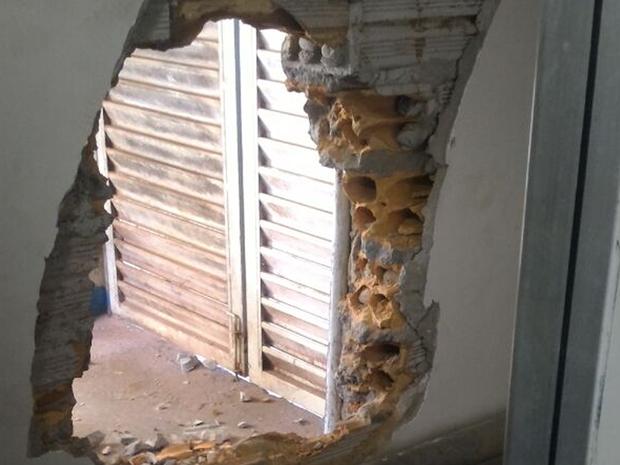 Para ter acesso ao banco, bandidos quebraram parede nos fundos da agência (Foto: Divulgação/Polícia Militar)