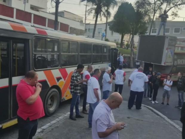 Motoristas e cobradores paralisados na manhã desta sexta-feira (13) (Foto: Reprodução EPTV)