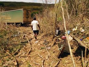 Carreta arrastou árvores e pedras após bater em caminhonete na BR-304, na Grande Natal (Foto: Ricardo Araújo/G1)