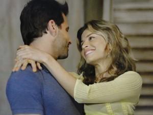 Cassiano entra na casa nova com Ester no colo (Foto: Flor do Caribe/TV Globo)