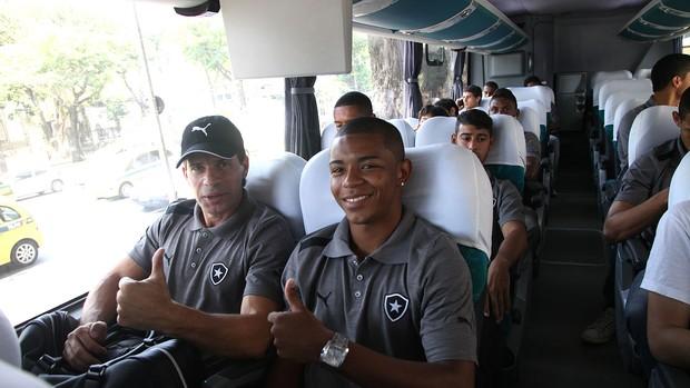 Tulio Maravilha ao lado de fabiano com o time de juniores Botafogo (Foto: Pedro Veríssimo / Globoesporte.com)