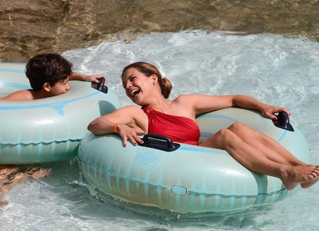 Nívea Stelmann e diverte com o filho mais velho, Miguel, em piscina de água quente (Foto: João Raposo)