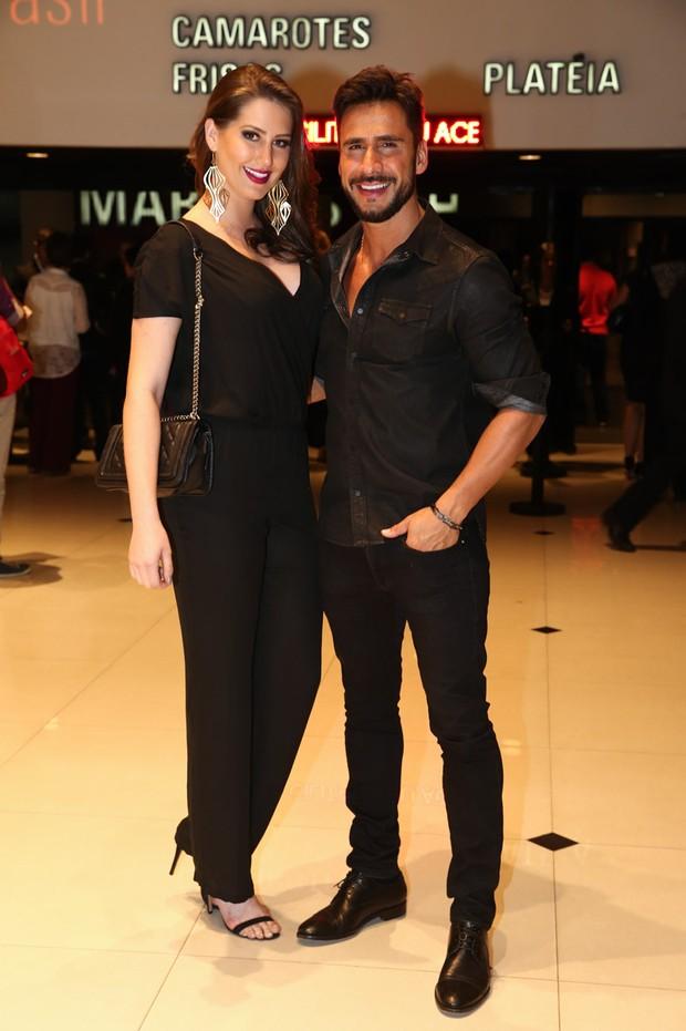 Julio Rocha e a namorada assistem a show em São Paulo (Foto: Manuela Scarpa/Photo Rio News)