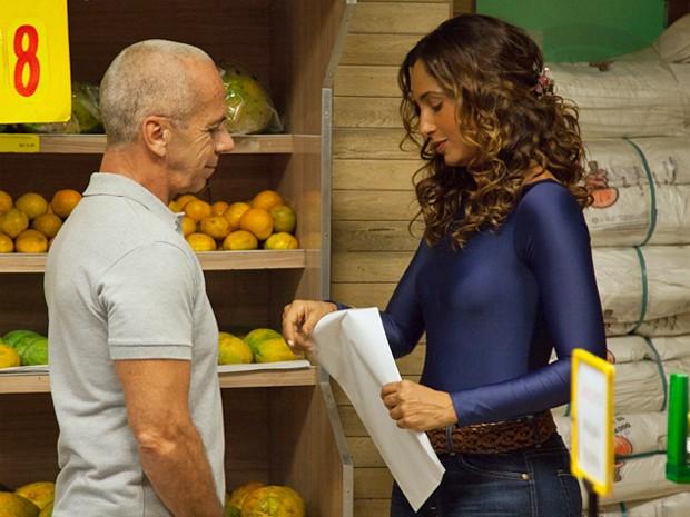 Camila Pitanga grava, no Leme, cenas da Regina entregando o currículo (Foto: Fabiano Battaglin / Gshow)
