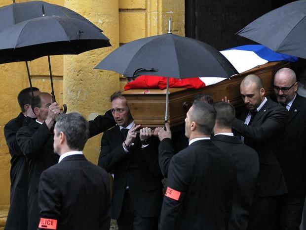 O caixão do policial Franck Brinsolaro é carregado em funeral na igreja de Sainte-Croix em Bernay, na França. Brinsolaro era responsável pela segurança de Stephane Charbonnier (Charb), editor do 'Charlie Hebdo', e foi uma das vítimas no ataque ao jornal (Foto: Charly Triballeau/AFP)