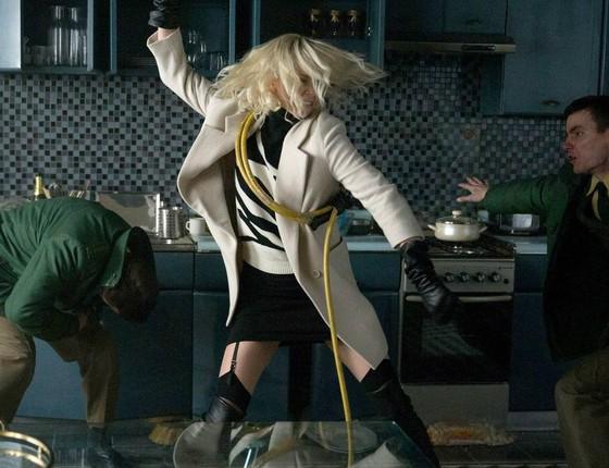Charlize Theron em ação como a agente do MI6 Lorraine Broughton, eum das das muitas cenas de luta do filme (Foto: Divulgação)