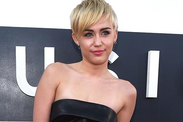 """Miley Cyrus tem 21 anos, mas é uma estrela global desde a sua pré-adolescência. A ex-Hannah Montana parece viver todos os dramas da personagem na vida real. Durante um vlog, a cantora compartilhou seus sentimentos em relação a fama: """"Acho que é um pouco injusto. Eu sei que têm algumas pessoas que curtem a atenção, mas eu não sou uma delas. Eu simplesmente gosto de poder fazer caminhadas e aproveitar onde eu moro. Os paparazzi me deixam bem frustrada. Fico chateada quando percebo que têm homens que eu não conheço - ou qualquer pessoa que seja - me seguindo"""". (Foto: Getty Images)"""