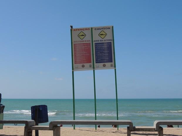 Há placas de sinalização na orla de Boa Viagem que estão desbotando (Foto: Katherine Coutinho / G1)