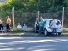 Carro invade mureta de empresa após colisão com caminhão-guincho