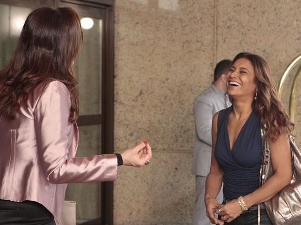 Qual será a graça? Dira se diverte com Claudia antes de começar a gravar (Foto: Salve Jorge/TV Globo)