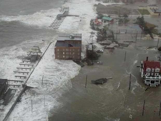 Casas em Mantaloking Beach (NJ) sendo destruídas pelo mar (Foto: Alexandre Crovadore)