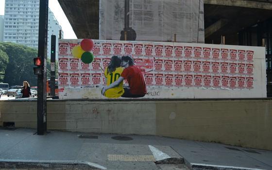 Primeira versão do lambe-lambe com a imagem do casal foi colocada em abril deste ano (Foto: Luis Bueno/Divulgação)