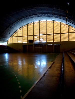 Aquele que já foi o principal ginásio do Acre, está no escuro devido às lâmpadas queimadas (Foto: Nathacha Albuquerque)