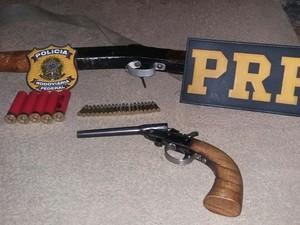 Em um dos casos, homem foi preso com arma e munições (Foto: PRF/Divulgação)