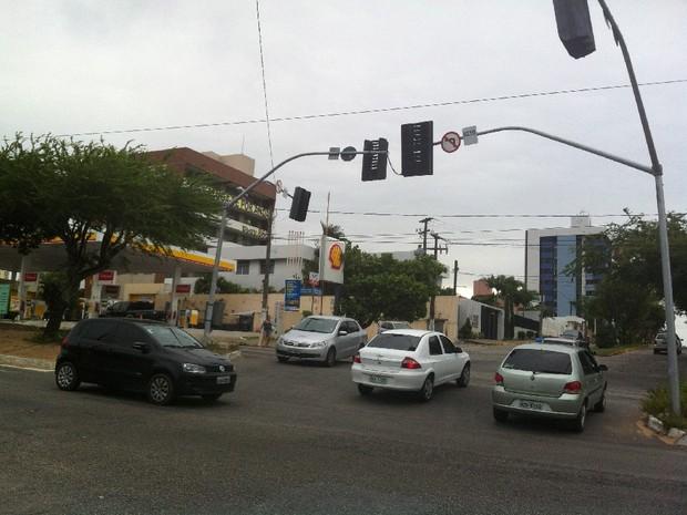 Semáforos ficaram sem funcionar no cruzamento da avenida Prudente de Morais com a rua Raimundo Chaves (Foto: Felipe Gibson)