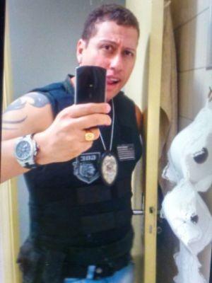 Traficante que fazia 'selfies' vestido de policial é preso dentro de casa noturna