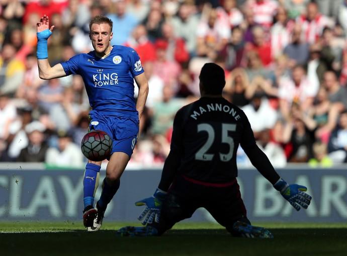 Vardy conclui diante de Mannone e faz o gol em Sunderland x Leicester (Foto: AP Photo/Scott Heppell)