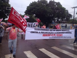 Manifestantes aglomeram-se no Centro de Macapá (Foto: Abinoan Santiago/G1)