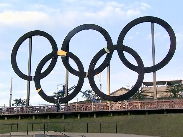 Anéis olímpicos estão instalados no Parque Madureira, no Subúrbio do Rio (Foto: Reprodução/TV Globo)