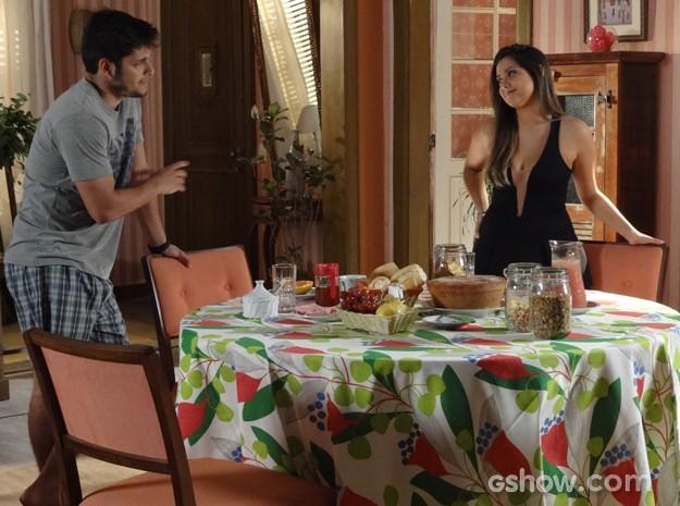 Bárbara prepara mesa de café da manhã caprichada para André (Foto: Em Família / TV Globo)