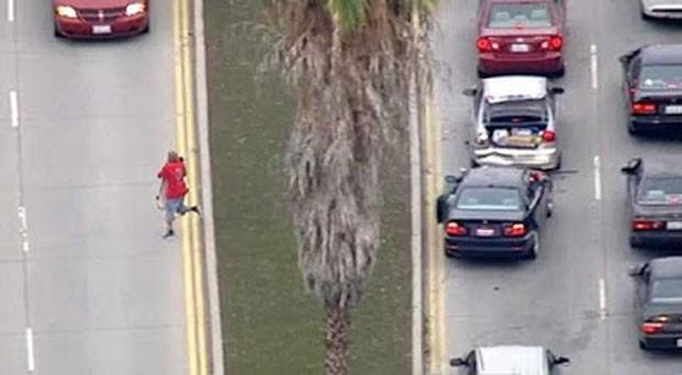 Ladrão largou BMW roubada e tentou fugir de skate nos EUA (Foto: Reprodução/YouTube/CNN)
