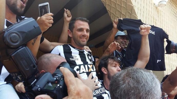 Montillo sorri ao se deparar com os alvinegros que lotaram a sede de General Severiano (Foto: Felippe Costa/GloboEsporte.com)