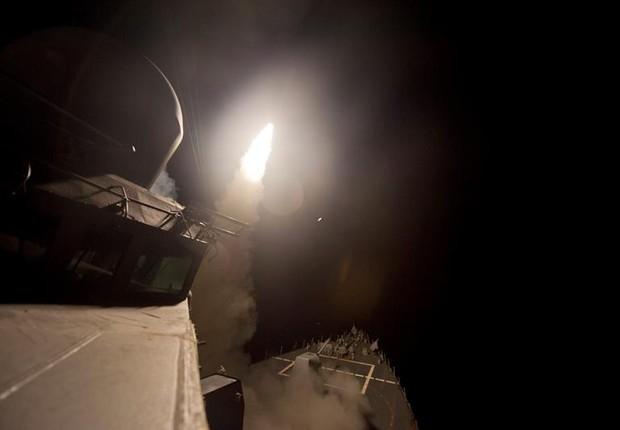 Foto cedida pela Marinha dos Estados Unidos mostra o lançamento de mísseis Tomahawk a partir do porta-aviões USS Ross no Mar Mediterrâneo, no ataque à Síria (Foto: Robert S. Price/EFE/Marinha dos EUA)