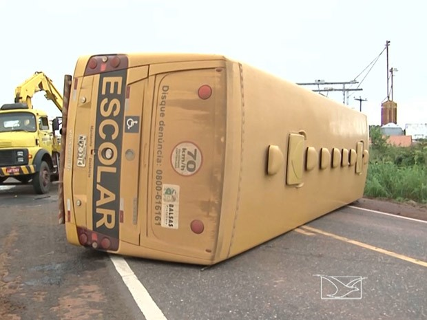 Motorista teria perdido o controle do veículo que veio a capotar na BR-230 (Foto: Reprodução/TV Mirante)
