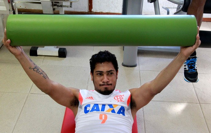 Hernane realiza trabalho na academia do Flamengo (Foto: Gilvan de Souza/Flamengo)