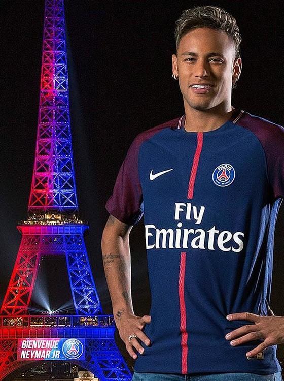 Neymar foi apresentado pelo PSG em plena Torre Eiffel, que ficou iluminada com as cores do clube (Foto: Getty Images)