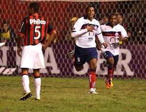 marcone bahia gol atlético-pr (Foto: Geraldo Bubniak / Agância Estado)