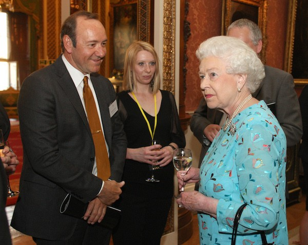 O ator Kevin Spacey com a Rainha Elizabeth II em foto de 2011 (Foto: Getty Images)