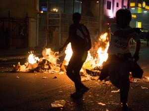 Manifestantes correm próximo de fogo na Consolação (Foto: Alice Vergueiro/Futura Press/Estadão Conteúdo)