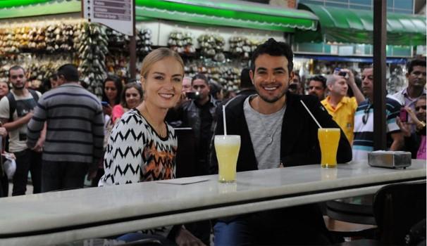 Angélica e Anderson Di Rizzi aproveitam um dia de compras do Mercado Municipal de São Paulo (Foto: Deborah Montenegro/TV Globo)