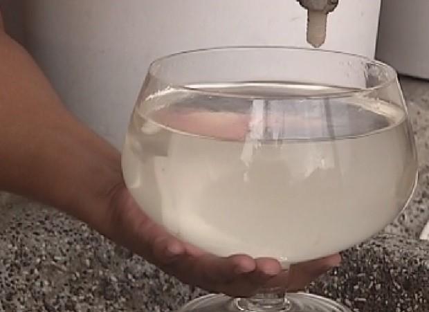 Água que sai da torneira é suja e imprópria para o consumo (Foto: Reprodução / TV TEM)