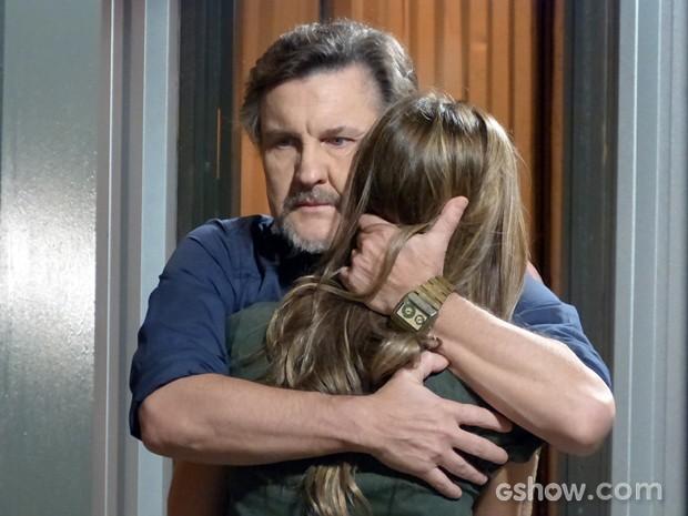 LC fica orgulhoso da filha (Foto: Além do Horizonte/TV Globo)