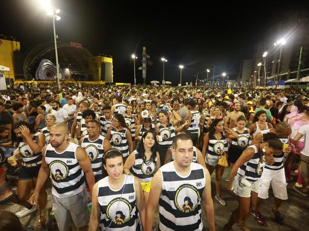 Bloco Alvará de Soltura desfila pelas ruas da Barra no primeiro dia oficial de carnaval em Salvador (Foto: Mauro Zaniboni /Ag Haack)