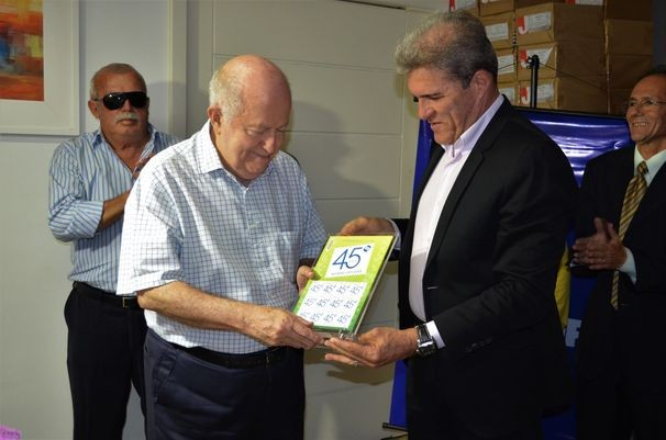Israel Bispo, diretor regional dos Correios, entrega placa com os selos comemorativos ao diretor-presidente da TV Sergipe, Albano Franco (Foto: Divulgação / TV Sergipe)