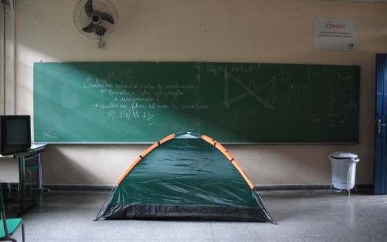 Barraca em escola ocupada (Foto: Luiz Claudio Barbosa/Folhapress)