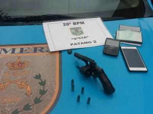 Revólver apreendido no carro em que os suspeitos estavam (Foto: Divulgação/Polícia Militar)