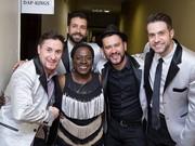 Jaquerson, Cleber, Raule e Alexandre, da Big Time, posando para a foto com Sharon Jones (Foto: Lucas Ostroski/Divulgação)
