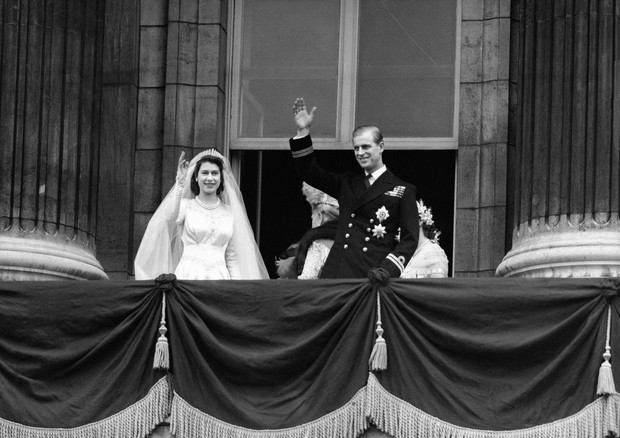 The bride, Princess Elizabeth and groom, the newly created Duke of Edinburgh on the balcony of Buckingham Palace after they were married in a ceremony at Westminster Abbey. (Foto: PA Archive/PA Images)