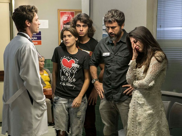 Karina, Gael, Jade e Pedro recebem notícias sobre Cobra (Foto: Inacio Moraes / Gshow)