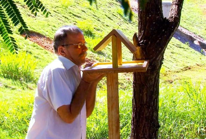 Seo José Carlos tem um jeito todo especial de cuidar da natureza em São José do Rio Preto (Foto: Revista de Sábado / TV TEM)