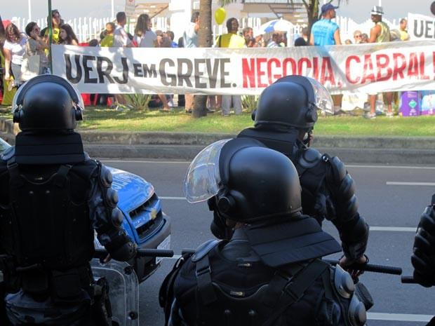 Ao todo, 18 homens do Batalhão de Choque da PM acompanhavam os cerca de 50 manifestantes  (Foto: Bernardo Tabak/G1)