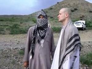 O sargento americano Bowe Bergdahl durante sua libertação no último sábado (31) em imagem de vídeo divulgado pelos talibãs (Foto: Voice Of Jihad Website/AP)