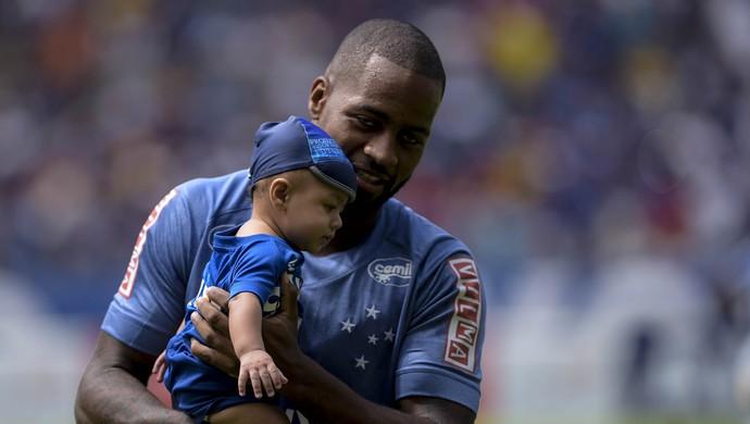 Zagueiro Dedé entrou em campo carregando o filho Gabriel, de cinco meses (Foto: Washington Alves)